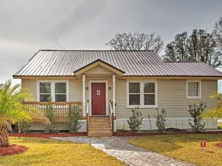 New Listing! Sensational 4BR Savannah Area House w/Wifi, Large Deck & Private Hot Tub - Close to Restaurants, Golf Courses, Shopping & Abundant Culture at the World Famous River Street!, Midway