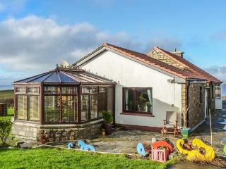 SEA SHELTER, fishing nearby, ocean views, conservatory, BBQ area, Miltown Malbay, Ref 929351