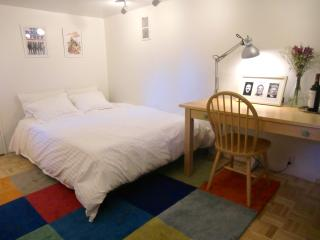 Cozy Bedroom w/ ensuite Full Bath in Downtown Mill, Mill Valley
