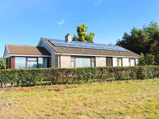 STRATHVIEW, pet-friendly, gas fire, great walking, close to Glamis Castle, Kirrimuir, Ref 927625