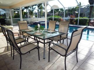 VILLA TWIN PALMS, on the Water/Canal, LOCATION! SW, Cape Coral