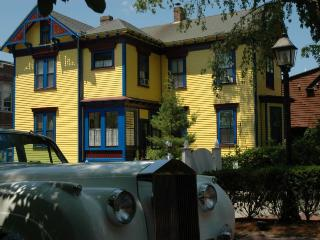 Luxury 2 Bedrooms Apartment in the Center of Downtown Newport ~ RA68066
