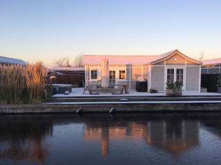 Chalet Loosdrecht next to open water with own boat