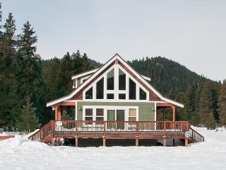 Peterson's Acres on 2 open acres, Wi-Fi, hot tub, 25 mins to town, Leavenworth
