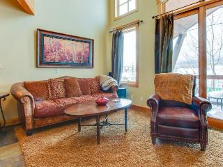 Mountain view townhome with a shared hot tub & private deck!, Dillon