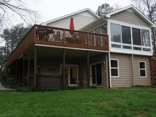 Lakeside Cottage lakefront, private dock, hot tub, Lake Norman