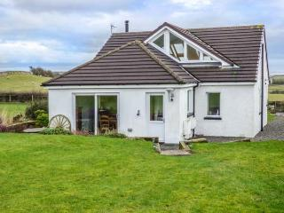BAY VIEW COTTAGE, detached, woodburner, WiFi, lawned garden, great base for exploring the area, Flookburgh, Cartmel, Ref 931858