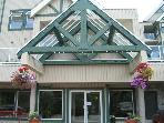 Private top floor end unit,big hot tub in lodge,free parking/internet