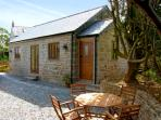 BROCKS BARN, romantic, country holiday cottage, with a garden in Lostwithiel, Ref 2267