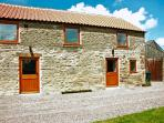 STABLE COTTAGE, pet friendly, character holiday cottage with WiFi and a garden in Levisham, Ref 1136