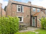 BRONTE, family friendly, character holiday cottage, with pool in York, Ref 1404