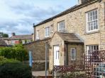 SWEET PEA COTTAGE, pet friendly, character holiday cottage, with a garden in Redmire, Ref 4009