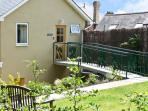 THE SCHOOLHOUSE BREWHOUSE, family friendly, country holiday cottage, with hot tub in Bishops Castle, Ref 4140