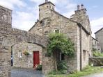 BEEHIVE COTTAGE, pet friendly, character holiday cottage, with open fire in High Bentham, Ref 4083