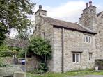 BEEHIVE COTTAGE, pet-friendly, character holiday cottage, with open fire, in High Bentham, Ref 4083