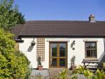 HAWTHORN COTTAGE, pet friendly, country holiday cottage, with a garden in Caldwell, Ref 6756