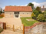 MANOR BARN, family friendly, character holiday cottage, with a garden in Walcot, Ref 8688