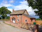 POINT COTTAGE, pet friendly, character holiday cottage, with open fire in Preston-On-Wye, Ref 10048