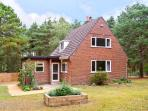 THE CHALET, pet friendly, country holiday cottage, with a garden in Avon Heath Country Park, Ref 6108