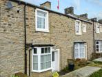 HALLAM'S YARD, family friendly, character holiday cottage, with a garden in Skipton, Ref 11415