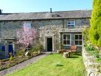 4 HILL TOP FOLD, character holiday cottage, with a garden in Grassington, Ref 11918
