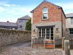 THE OLD SMITHY, character inn conversion, close to amenities, shared courtyard, pet welcome, in St Columb Major, Ref 15205