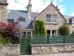 HADDEN, spacious detached cottage, open fire, enclosed patio, five mins from beach in Nairn, Ref 16784
