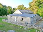WALSH'S COTTAGE, off road parking, near Connemara National Park, in Oughterard, Ref 11557