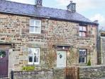 HONEYSUCKLE COTTAGE, charming cottage, patio, close pub and walking in Longnor Ref 19892
