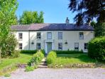 MYRTLE HILL COTTAGE, ideal for families and friends, enclosed patio, wonderful views, in Llansadwrn, Ref 24085