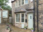 CHLOE'S COTTAGE, luxury, stone-built cottage, central location, parking and courtyard, in Haworth, Ref 26945