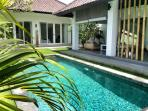 In Seminyak rent a charming villa 4 pers.  in ethnic and minimalist design with natural stones swimming  pool