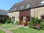 4 AFTON BARNS, barn conversion, ideal for a family, enclosed patio, shared lawn, near beach and Freshwater, Ref 23770