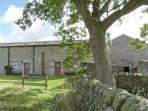 WREN COTTAGE, stone-built, end-terrace cottage, electric stove, walks from door, near Darley and Harrogate, Ref 28404