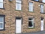LEMONGRASS, stone-built cottage, pet-friendly, close to walks and cycle routes, on edge of Yorkshire Dales National Park, in Skipton, Ref 27268