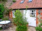 THE OLD STABLE, WiFi, patio with furniture, ground floor room and shower room, Ref 907002