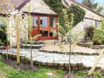 THE AYLESBURY COTTAGE, romantic single-storey cottage with four poster, en-suite, open fire, Hinton Ref 906598