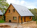 FARLEY, detached woodland lodge near Alton Towers, en-suites, woodburner Ref 2431