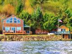 Giggle Fish Beachfront Cabin + Guest Boathouse (fully-fenced) + **2 Kayaks