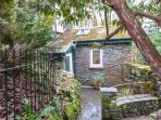MOSSY NOOK, romantic retreat, character and modern features, garden, parking, in Windermere, Ref 23606
