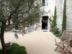 Big two level apartment (9 pax) in central Avignon with shaded private courtyard. Quiet and luxuous