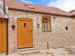 STABLE COTTAGE, single-storey, eco-friendly, romantic retreat, near Thirsk, Ref 14936
