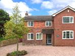 THE CORNER HOUSE, games room with pool & table tennis, WiFi, woodburner, detached cottage near Abberley, Ref. 912228