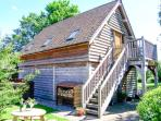 THE WAGONSHED, hot tub, woodburning stove, balcony with furniture, lawned garden with BBQ, Ref 913872