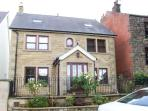 STANLEY HOUSE, stylish house with country views, en-suite, garden, Matlock Ref 17875