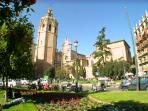 Plaza Reina/Cathedral/ 9min stroll - surrounded by lively international terraced bars/restaurants