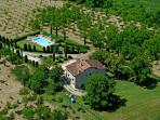 Splendid period farmhouse in the Tuscan countryside with 6 bedrooms, swimming pool and private garden