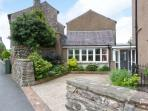 PEEL COTTAGE, woodburning stove, WiFi, outdoor area with furniture, Ref 29839