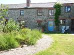 VAULT COTTAGE, woodburning stove, beach 10 mins walk, great base for walking, Ref 904934