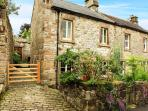 PUMP COTTAGE, pretty cottage, close to amenities, woodburning stove, garden, in Winster, Ref 29534